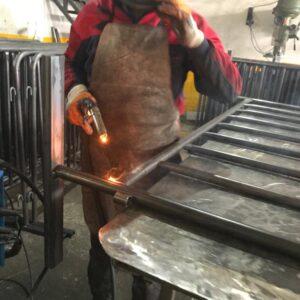 kaynak yapımı gal altı kaynak ışık gazaltı kaynak makinası gazaltı kaynağı nasıl yapılır demir kaynağı nasıl yapılır ilgi trafik market metal güvenlik bariyeri üretimi